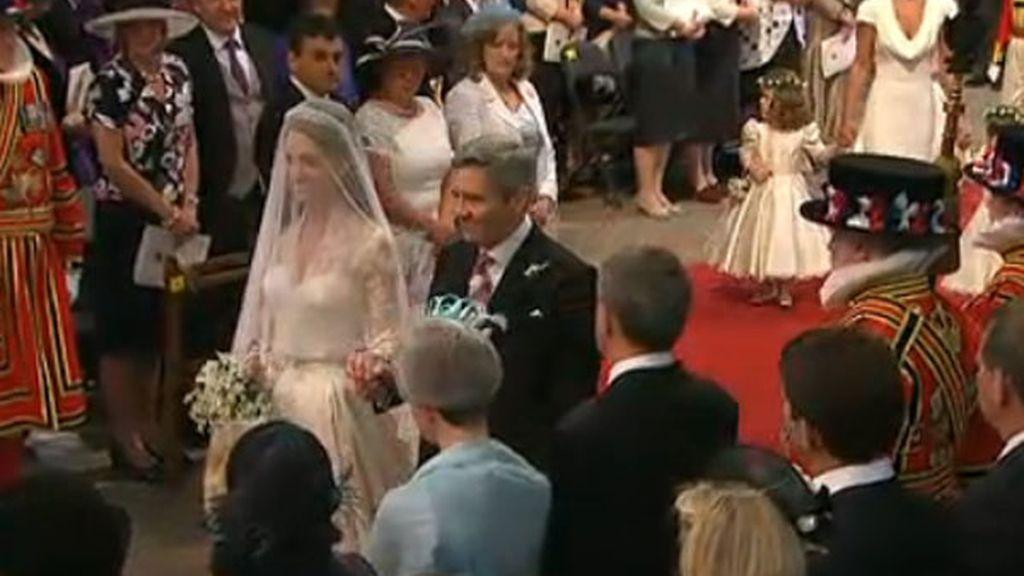 Kate y su padre por el pasillo