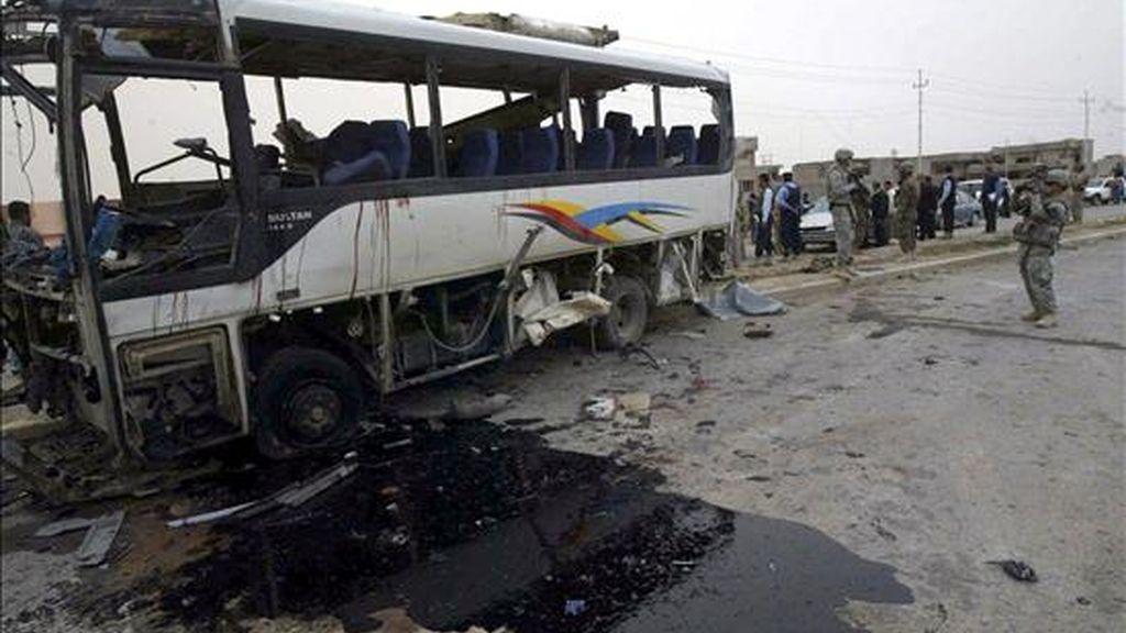 Soldados iraquíes inspeccionan el sitio de la explosión de un coche bomba ayer, 15 de abril, en Kirkuk (Irak). EFE