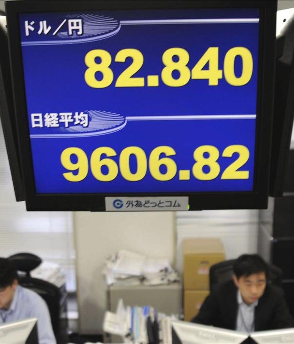 Una pantalla muestra los valores de la moneda japonesa y del índice Nikkei. La Bolsa de Tokio cerrada por día de fiesta en Japón. EFE/Archivo