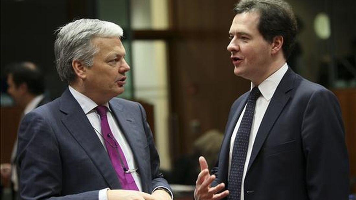 El ministro de Economía británico, George Osborne (d), conversa con el titular de Finanzas belga, Didier Reynders (i), hoy al inicio de la reunión de los ministros de Economía y Finanzas de la Unión Europea (Ecofin). EFE
