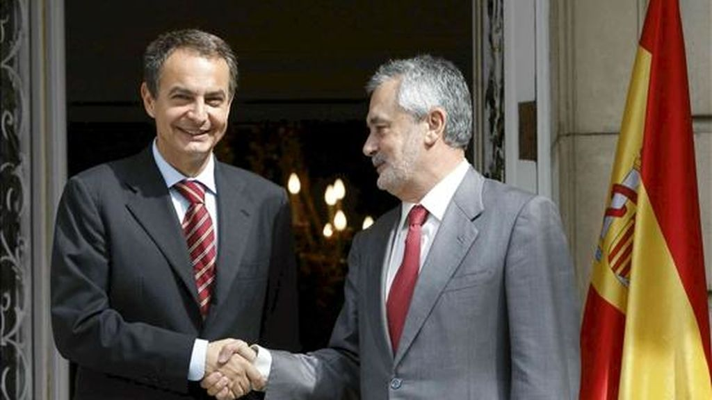 El presidente del Gobierno, José Luis Rodríguez Zapatero (i), recibió hoy al presidente de la Junta de Andalucía, José Antonio Griñán (d), en la primera entrevista que ambos mantienen desde la toma de posesión del nuevo responsable autonómico. EFE