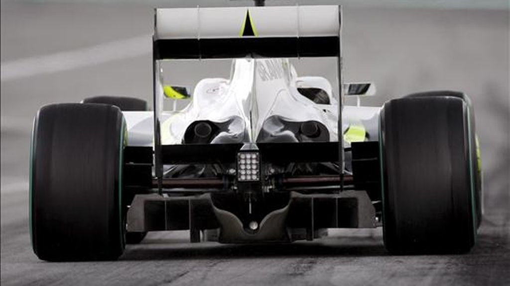 La FIA da por válidos los difusores de Brawn GP y Toyota. En la imagen, el piloto de Fórmula 1 Rubens Barrichello, de Brawn GP, durante un entrenamiento. EFE/Archivo