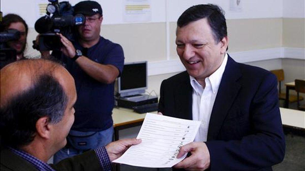 El presidente de la Comisión Europea, el portugués José Manuel Durao Barroso, ejerce su derecho al voto durante las elecciones al Parlamento europeo en un colegio electoral de Lisboa.EFE