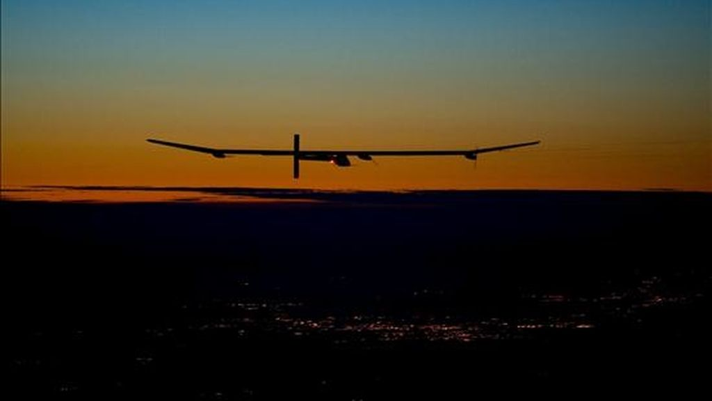 """El avión """"Solar Impulse"""", propulsado únicamente por energía solar, realiza su primer vuelo nocturno, justo en Payerne (Suiza). EFE/Archivo"""