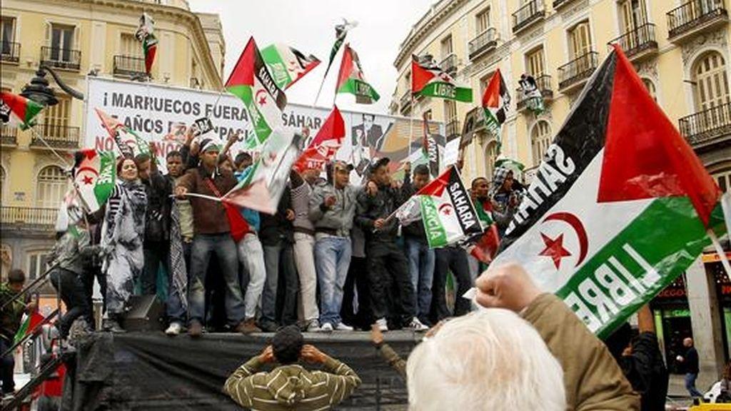 Decenas de personas con pancartas y banderas en la madrileña Puerta del Sol durante una manifestación en la capital para condenar el asalto de las fuerzas de seguridad marroquíes al campamento saharaui de Gdaim Izik, en El Aaiún. EFE/Archivo