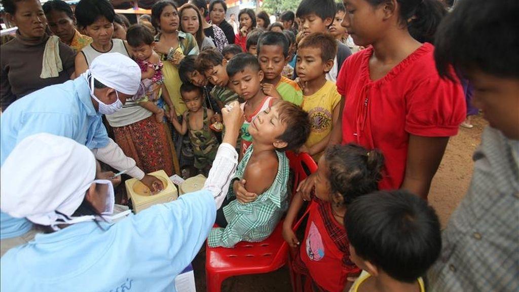 Enfermeros camboyanos vacunan a un niño camboyano en un campo de refugiados tras huir de las áreas cercanas a la zona donde se presenta el conflicto fronterizo en la frontera camboyana-tailandesa en la provincia de Oddar Meanchey, Camboya. EFE