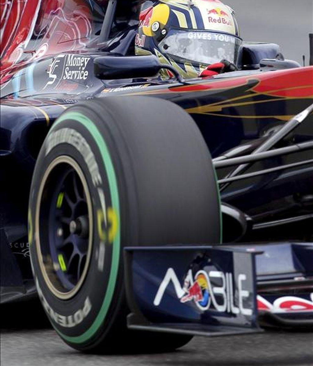 El piloto español de Fórmula Uno Jaime Alguersuari, de la escudería Toro Rosso, conduce su monoplaza durante la segunda sesión de entrenamientos libres del Gran Premio de Alemania, hoy viernes 23 de julio de 2010 en el circuito Hockenheimring de Hockenheim, Alemania. EFE