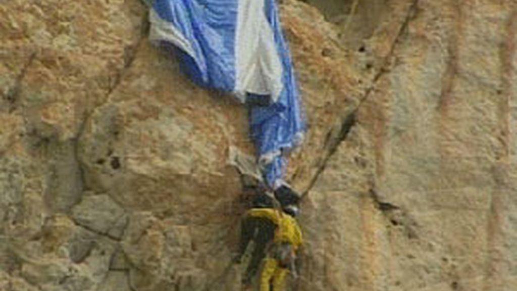 """""""Suerte que se me enganchó el paracaídas en la repisa"""". Vídeo: Informativos Telecinco."""
