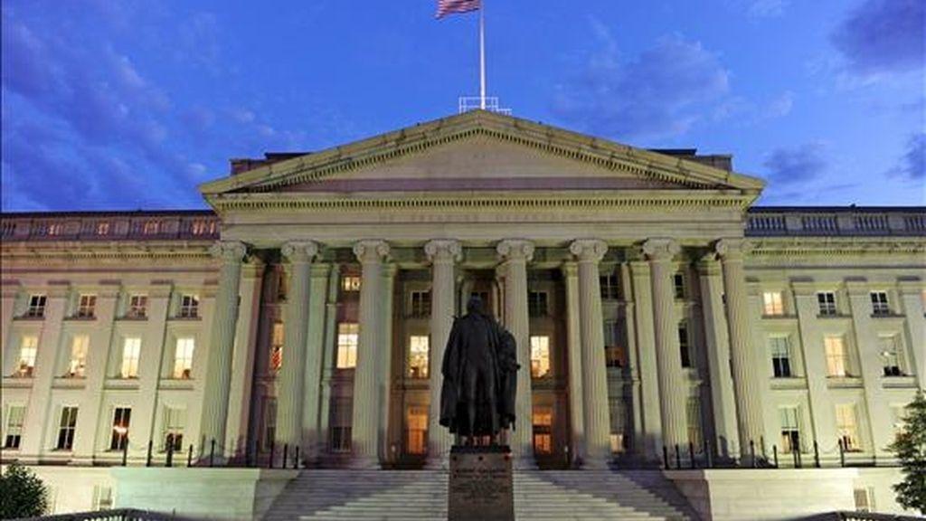 Imagen del edificio del Departamento del Tesoro en Washington DC, Estados Unidos. El Departamento del Tesoro anunció subastará la cifra sin precedentes de 67.000 millones de dólares en bonos la semana próxima. EFE/Archivo