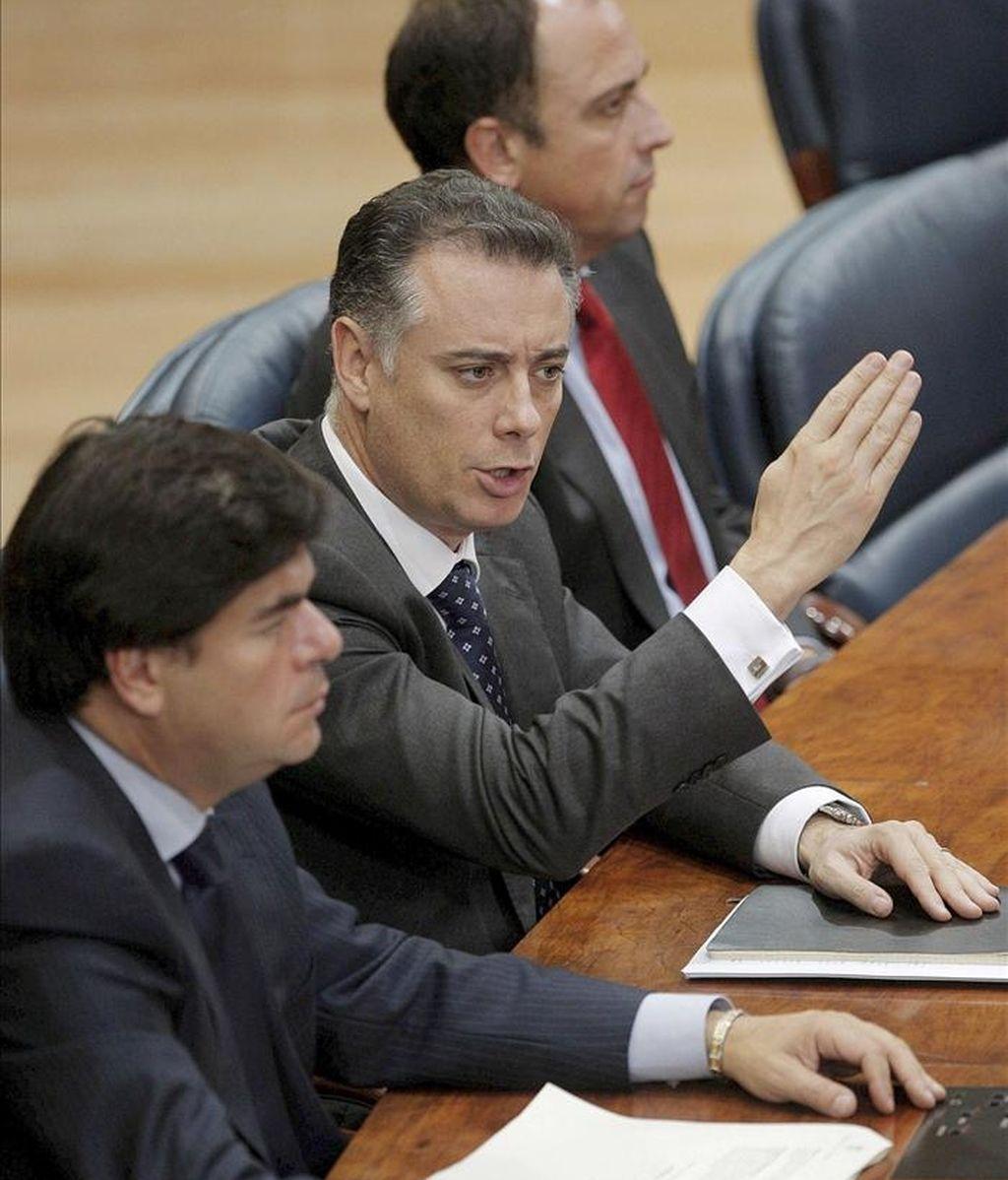 """Los tres diputados de la Asamblea de Madrid implicados en el caso Gürtel, Alberto López Viejo (c), Alfonso Bosch (izda) y Benjamín Martín, que han renunciado hoy a sus escaños con el fin de que no se utilice su presencia en la Cámara como """"argumento electoral"""". EFE/Archivo"""