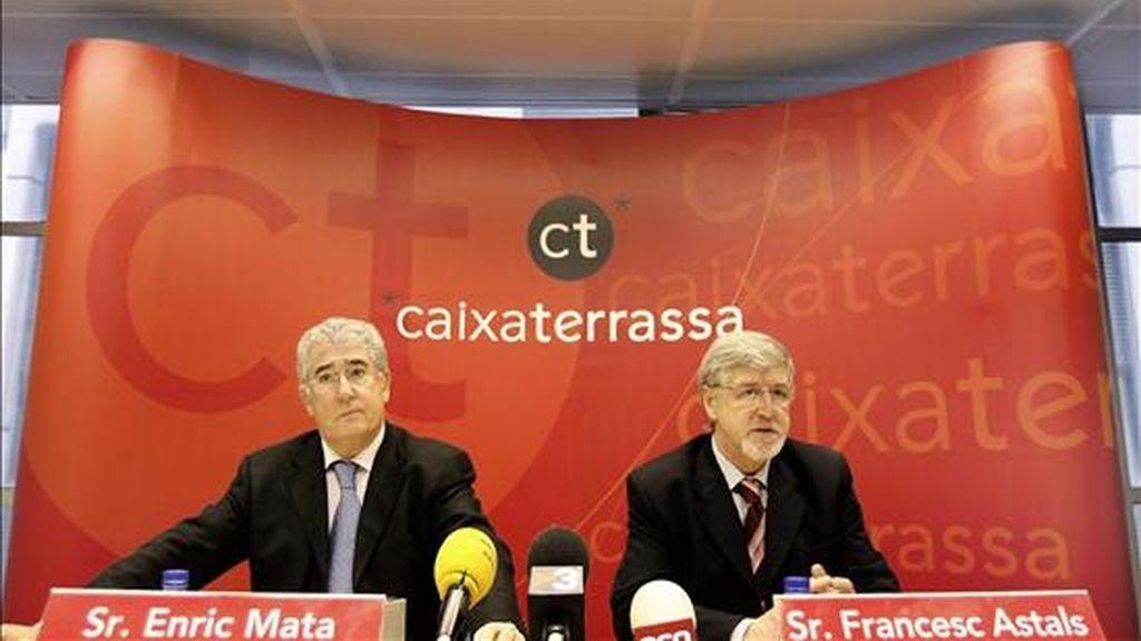 El presidente de Caixa Terrassa, Francesc Astals (d), y el director general de la caja, Enric Mata, en 2007. EFE/Archivo