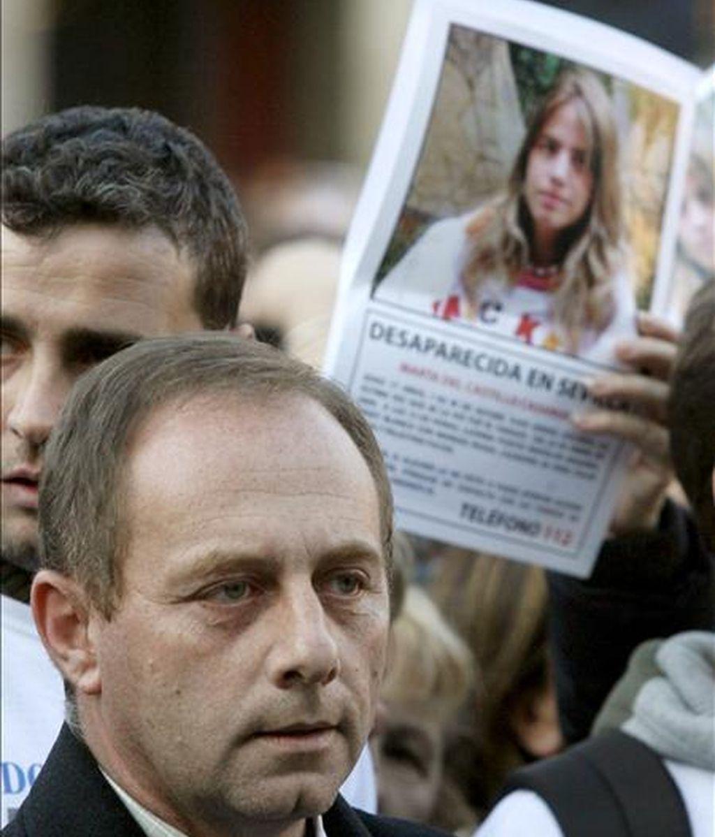 Antonio del Castillo, padre de Marta del Castillo, durante una manifestación convocada en la Plaza Mayor de Madrid en apoyo de la familia de la víctima. EFE/Archivo