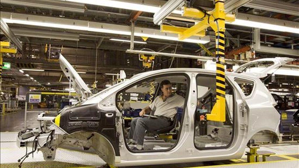 Un operario de la cadena de montaje del Opel Meriva, coloca piezas en el interior de una unidad en la planta que General Motors tiene en la localidad zaragozana de Figueruelas. EFE/Archivo