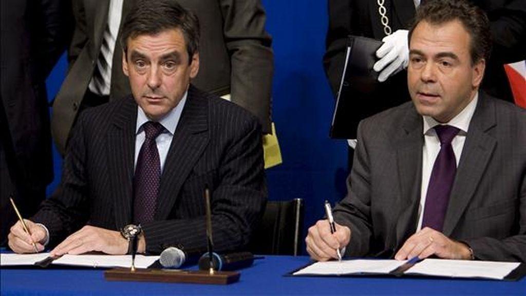 En la imagen, (i-d) el primer ministro francés, Francois Fillon, y el ministro francés para la Industria y el Consumo, Luc Chatel, firman un acuerdo durante la cumbre de la industria del automóvil que pretende reanimar este sector francés con fondos estatales. EFE/Archivo