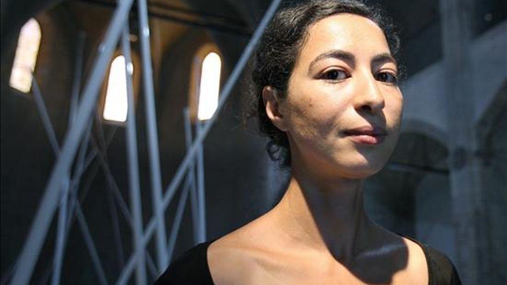La artista de origen marroquí y nacionalidad francesa Latifa Echakhch, posa para los medios durante la presentación esta mañana en el Museo de Arte Contemporáneo de Barcelona (MACBA), de su primera exposición en España, tres instalaciones realizadas a propósito para este espacio, inspiradas en los flujos migratorios del norte de África hacia Europa.EFE