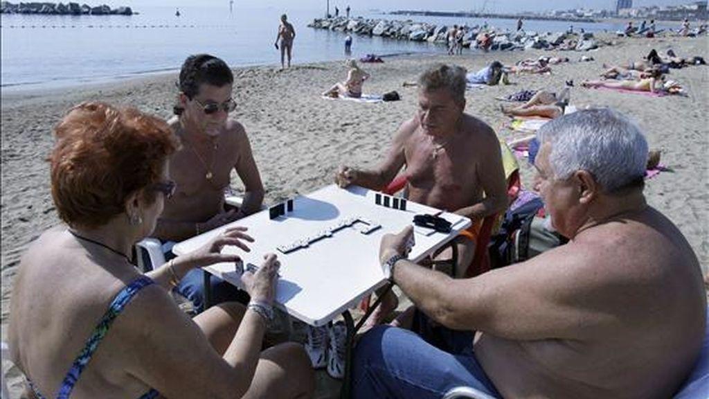 Un grupo de jubilados juega al dominó. EFE/Archivo