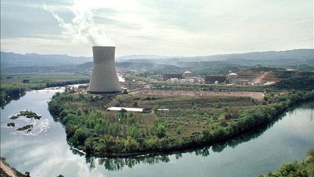 El incremento del consumo energético obliga a replantearse la utilización de la energía nuclear, según han coincidido en afirmar hoy en Barcelona diversos gestores energéticos catalanes. En la imagen, la central nuclear de Ascó, en Tarragona. EFE/Archivo