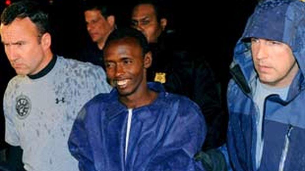 Agentes federales escoltan al pirata somalí Abduhl Wali-i-Musi a la entrada de la Plaza Federal en Nueva York (EEUU). Foto: EFE
