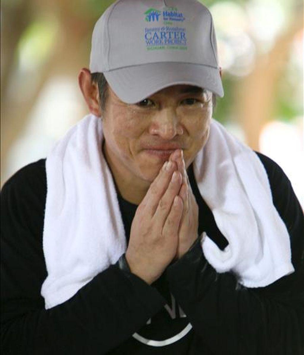 El actor chino Jet Li saluda tras firmar un contrato con 'Habitat for Humanity' en la provincia de Chiang Mai, al noreste de Tailandia, el 17 de noviembre de 2009. EFE/Archivo