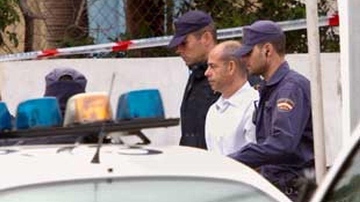 """El principal imputados en el denomminado """"caso Kárate"""" Fernando Torres Baena, acompañado por agentes de policía. Foto: EFE."""