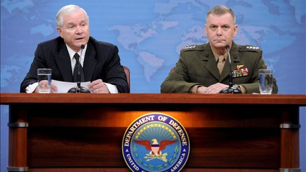 El secretario de Defensa de Estados Unidos, Robert Gates (izda), y el vicejefe de Estado Mayor de EEUU, general James Cartwright, atienden a los medios durante la rueda de prensa ofrecida en el Pentágono, en Arlington, EE.UU. EFE