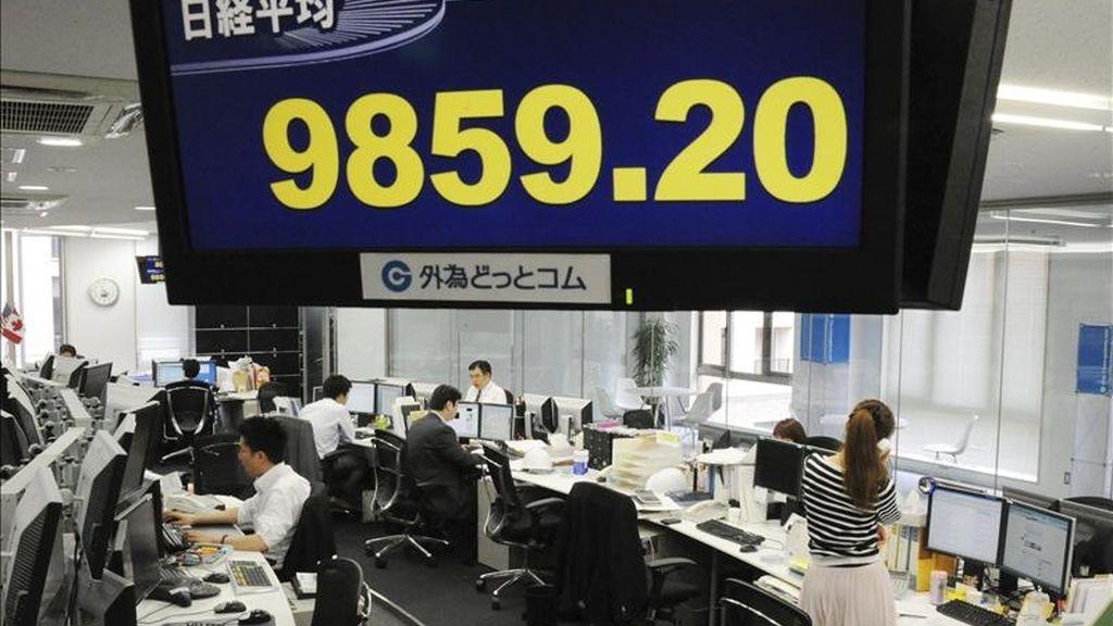 Detalle de una pantalla en un concesionario de la capital nipona, que muestra el resultado del índice Nikkei de la Bolsa de Tokio (Japón). EFE