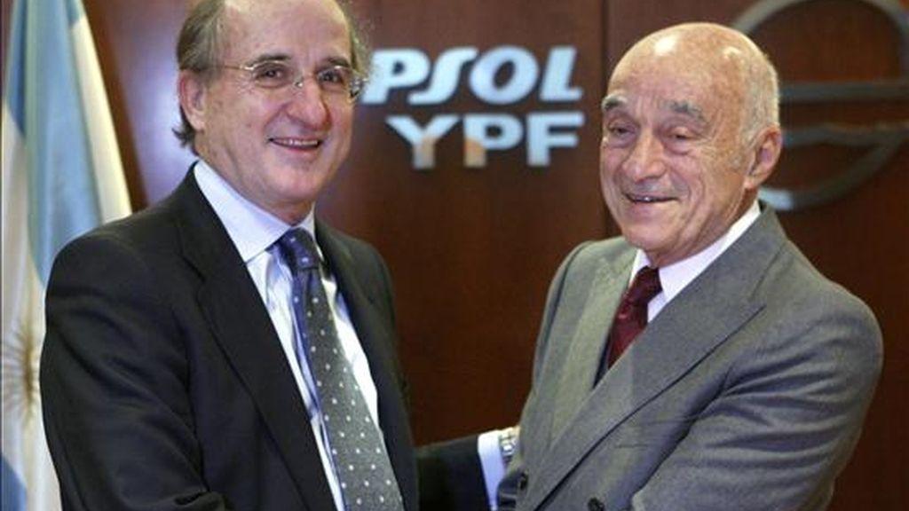 El presidente de Repsol YPF, Antonio Brufau (i), y el presidente del grupo argentino Petersen, Enrique Eskenazi (d). EFE/Archivo