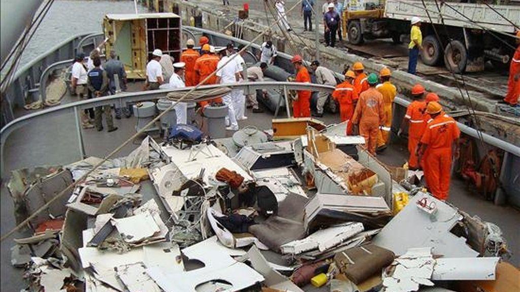Fotografía del pasado 19 de junio, en la que se observan partes del avión Airbus de Air France siniestrado el 1 de junio. EFE/Archivo