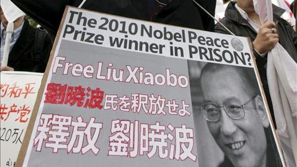 Cartel que portaba un hombre exigiendo la liberación del premio Nobel de la Paz Liu Xiaobo, que continúa preso en China, durante una protesta en contra del gobierno chino. EFE/Archivo