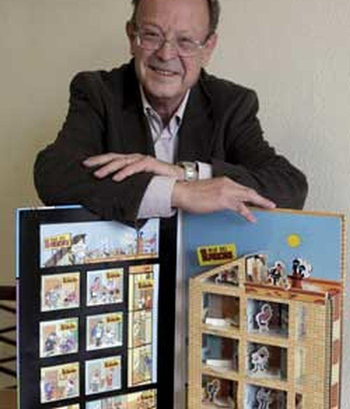 Ibáñez posa con el nuevo libro de '13 Rúe del Percebe'. Foto: EFE