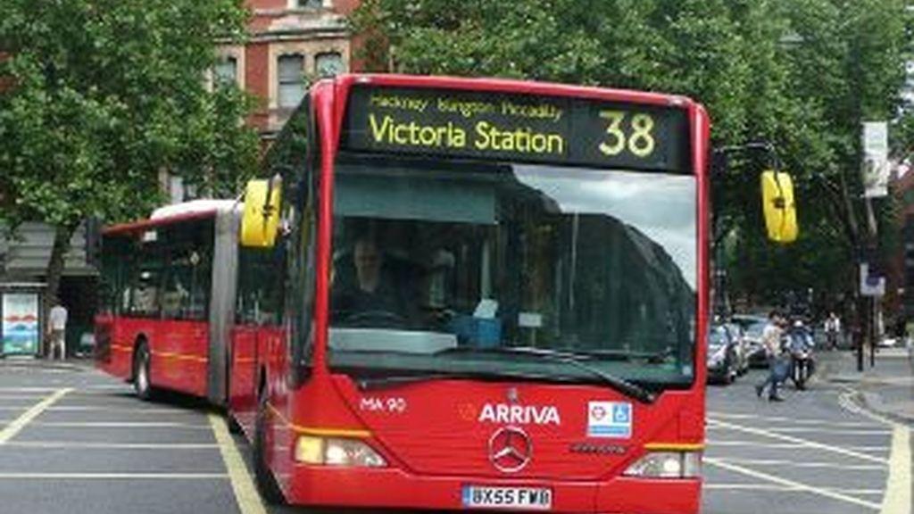 """Las dos estudiantes, de 22 años, estaban en Londres y se subieron a un autobús pero, afirman, cuando presentaron sus billetes, el conductor les dijo que eran una """"amenaza"""" para los pasajeros y les ordenó que se bajaran del autobús."""