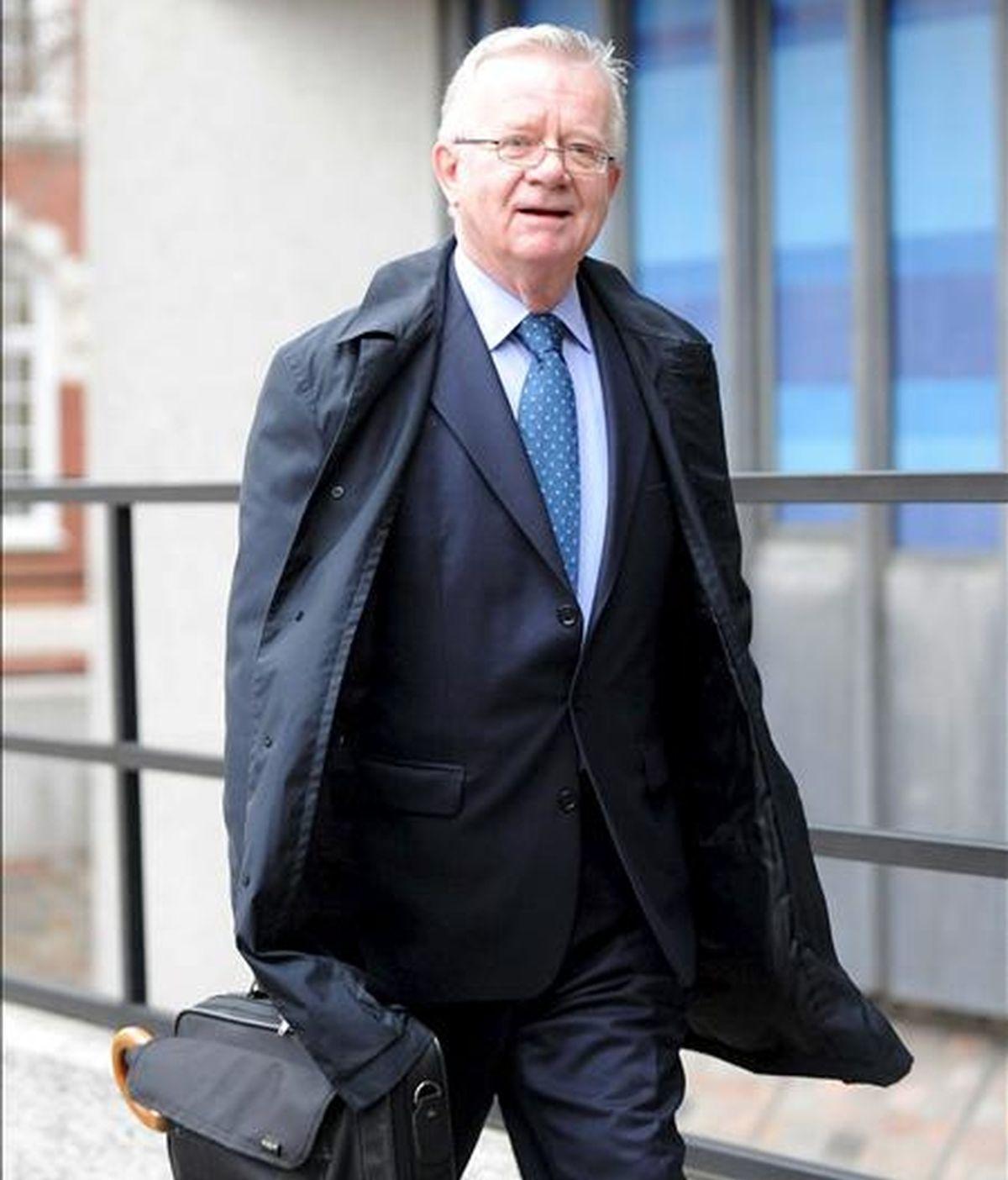 El encargado por el Gobierno británico para dirigir la investigación pública sobre las circunstancias de la guerra de Irak, Sir John Chilcot, llega a la apertura de la comisión en Londres, Reino Unido, el 24 de noviembre de 2009. Chilcot aseguró que no será un ejercicio destinado a exonerar a eventuales responsables sino que se llegará al fondo.EFE