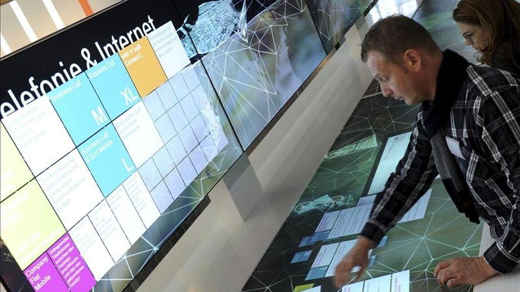 Un hombre prueba una pantalla táctil durante una fería de tecnología. EFE/Archivo