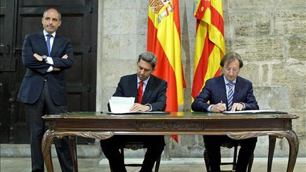 El president de la Generalitat, Francisco Camps (iz), preside la firma del protocolo de colaboración entre la Generalitat y la Asociación de Empresas Biotecnológicas de la Comunidad Valenciana (BIOVAL), para el desarrollo y potenciación de la Biorregión de la Comunitat Valenciana. EFE