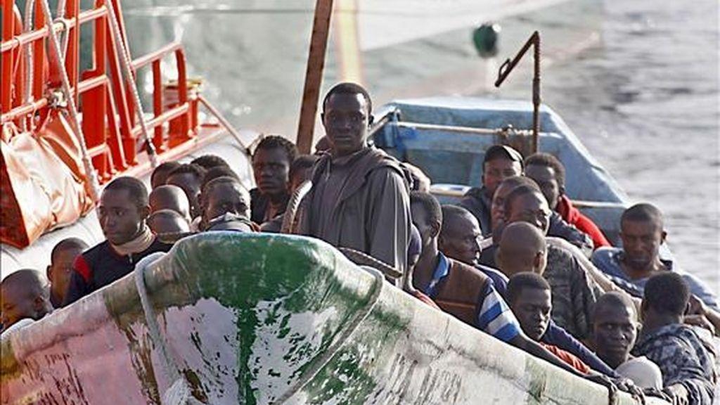 Remolcado por una lancha de Salvamento Marítimo, un cayuco con 41 ocupantes (todos ellos varones), a su llegada al puerto de Los Cristianos, en el municipio de Arona. EFE