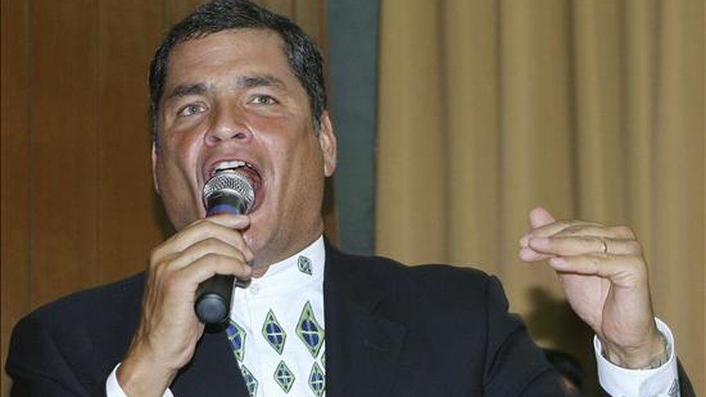 El presidente ecuatoriano, Rafael Correa (d), habla hoy ante el Consejo Nacional Electoral (CNE), en Quito (Ecuador) donde inscribió su candidatura para los comicios generales del próximo 26 de abril. EFE