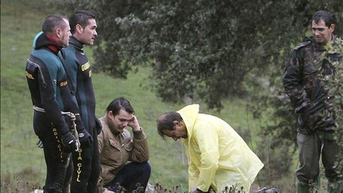 Familiares del niño de 9 años desaparecido en la tarde de ayer tras ser arrastrado por una crecida del río Alcudia lloran ante su cuerpo sin vida, después de que fuera recuperado ayer. EFE