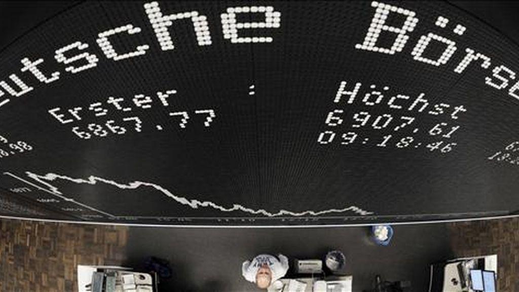 Vista de un panel en la Bolsa de Fráncfort, Alemania, el pasado 29 de noviembre. EFE/Archivo