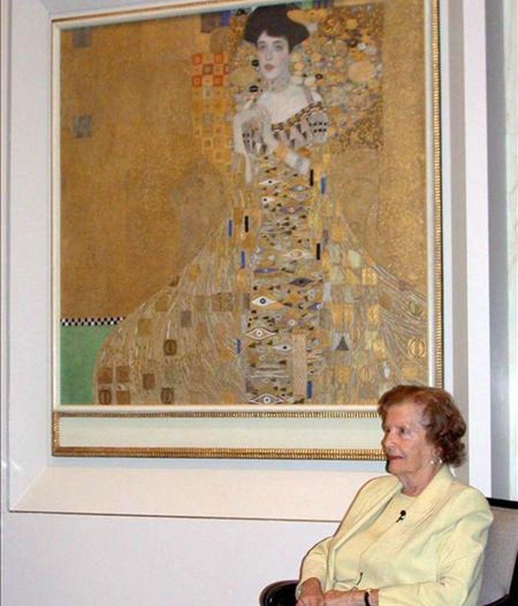 """La antigua propietaria y única sobrina viva de la modelo del cuadro María Altman sentada frente al retrato """"""""Retrato de Adele Bloch-Bauer I"""" del pintor Gustav Klimt que fue comprado por un valor de 135 millones de dólares por un magnate estadounidense Ronald Lauder. María Altman ganó un pleito contra el Gobierno austriaco por la propiedad del retrato ya que el cuadro le fue robado a la familia de Altman por los Nazis durante la Segunda Guerra Mundial. EFE"""