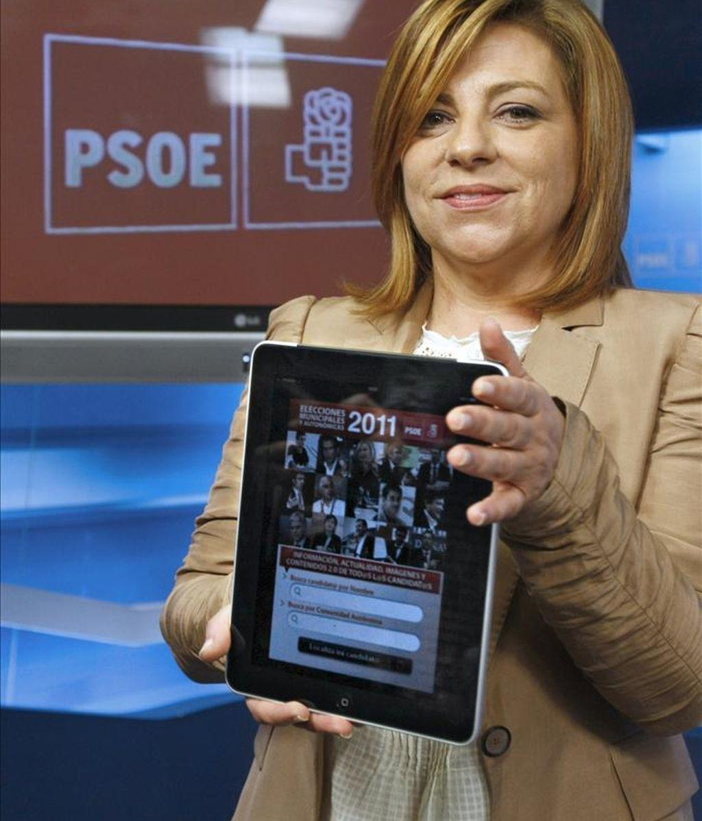 La portavoz del Comité Electoral del PSOE, Elena Valenciano, muestra en una computadora los detalles de la campaña electoral que va a protagonizar este partido ante los comicios municipales y autonómicos del 22 de mayo EFE