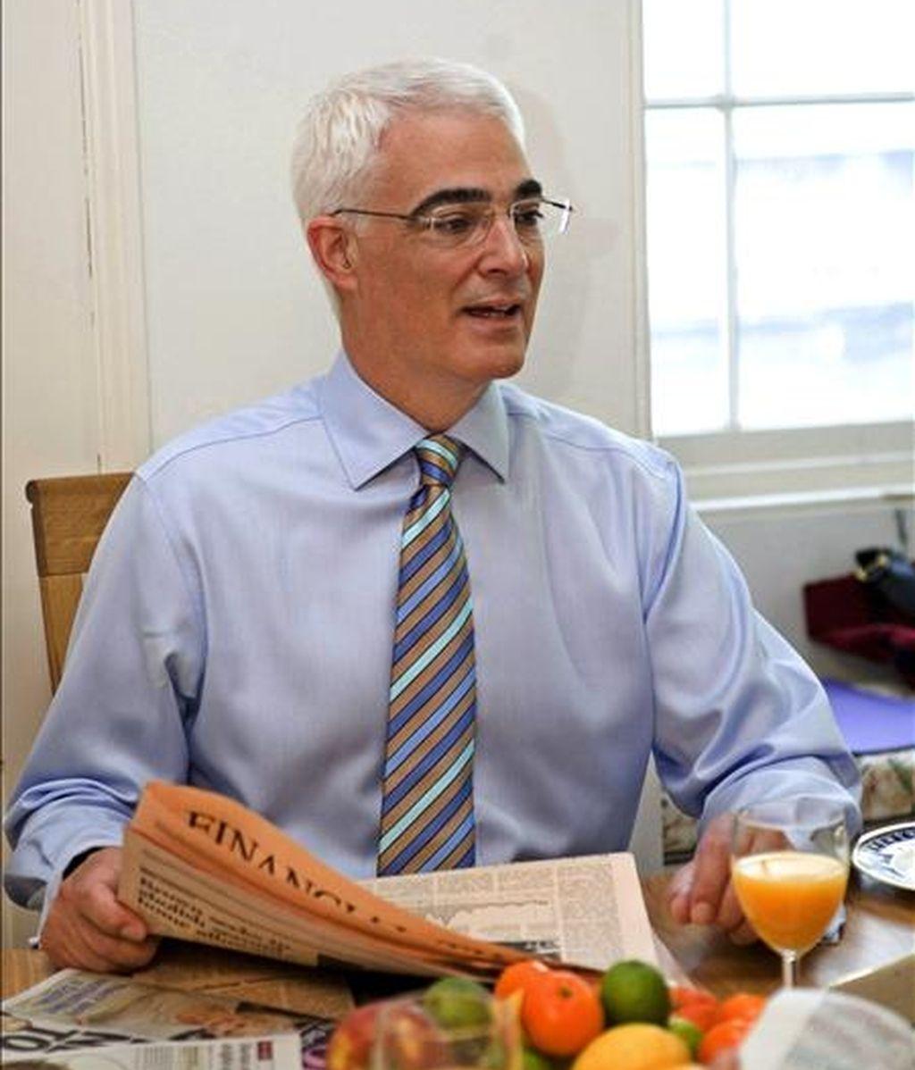 El ministro de Economía británico, Alistair Darling, lee el periódico durante el desayuno, en su oficina del número 11 de Downing Street, en Londres (Reino Unido), en una imagen tomada el pasado mes de abril. EFE/Archivo