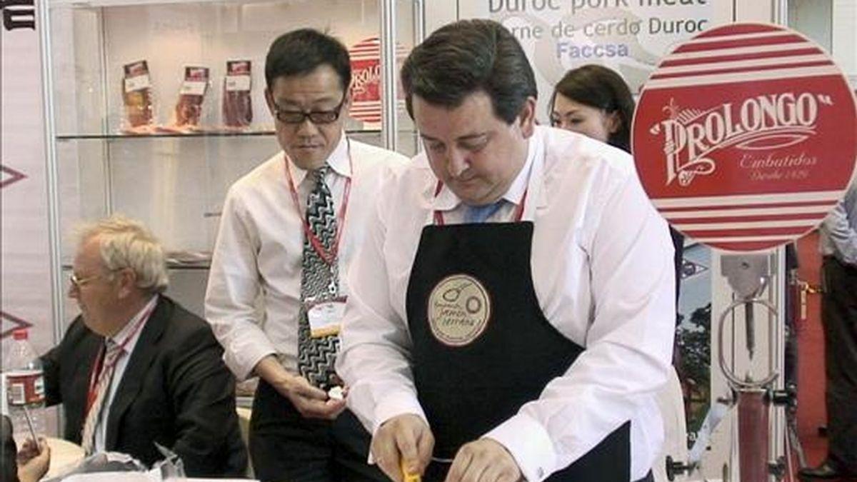 """La primera degustación de jamón español en Pekín tuvo lugar hoy en la feria de alimentación """"Food & Hospitality China 2009"""" (FHC 2009), como primer paso para la comercialización de un alimento que se espera llegue a las tiendas del país asiático este verano. EFE"""