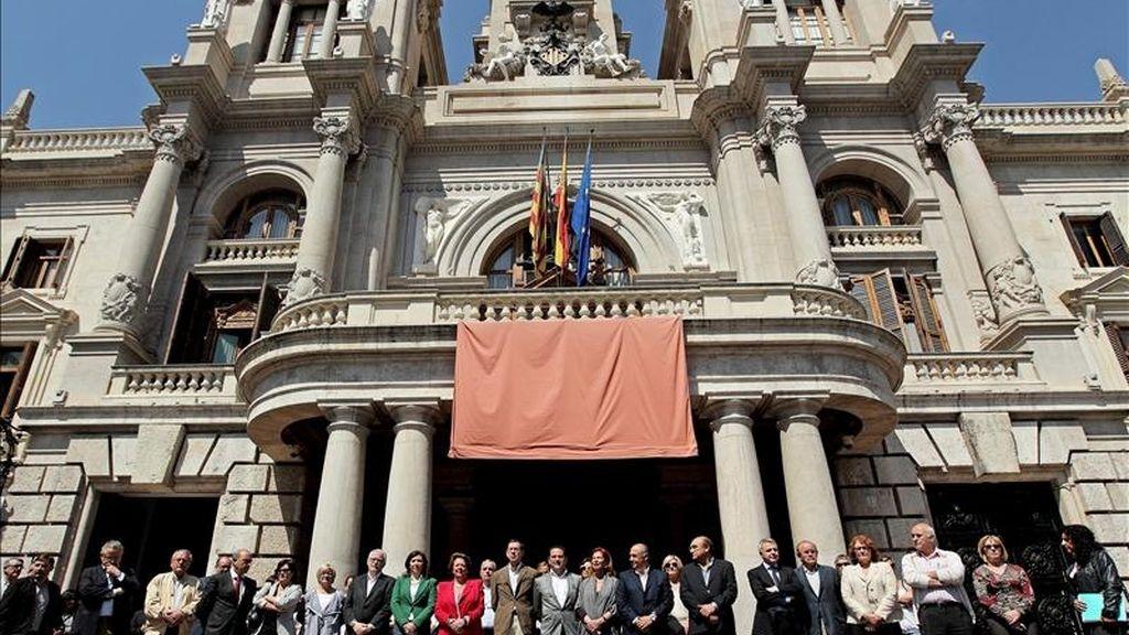 La alcaldesa de Valencia, Rita Barberá (11i), durante el minuto de silencio que se guardó en las puertas del Ayuntamiento en recuerdo de las víctimas mortales del terremoto de ayer en Lorca (Murcia). EFE