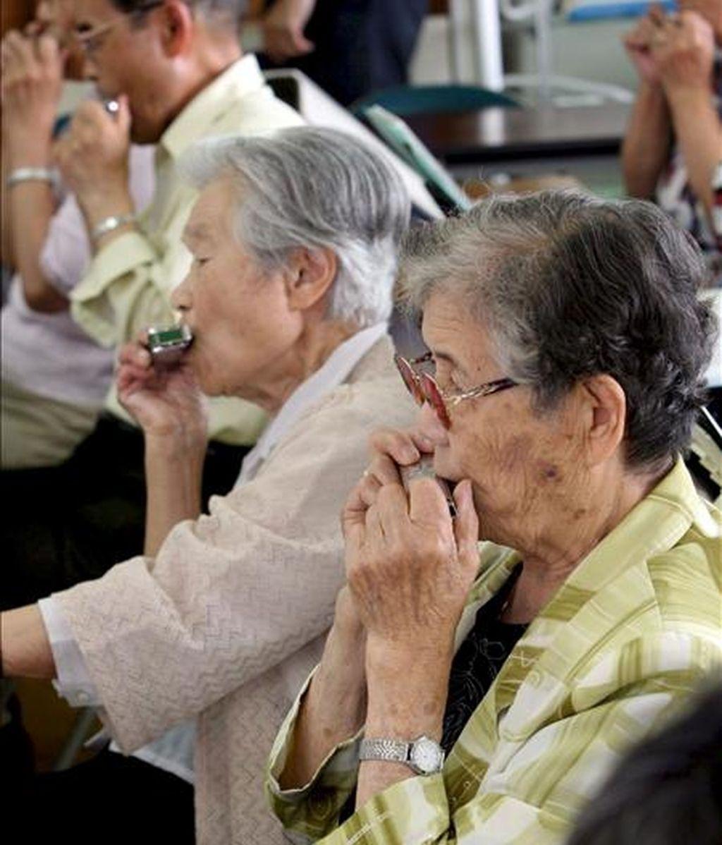 Fotografía de archivo, de algunas ancianas japonesas recibiendo clases de armónica en la ciudad de Hamamatsu, en la provincia de Shizuoka. Las japonesas son las mujeres más longevas del mundo, con una esperanza media de vida de 86,44 años, de acuerdo con un informe del Ministerio nipón de Sanidad. EFE/Archivo
