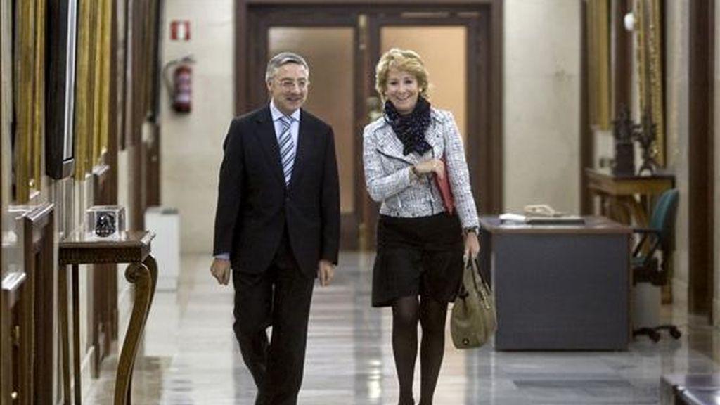 El ministro de Fomento, José Blanco, junto a la presidenta de la Comunidad de Madrid, Esperanza Aguirre, durante su reunión de ayer. EFE