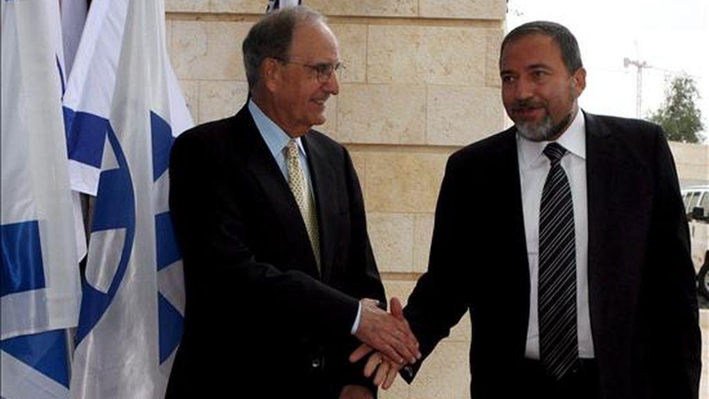 El ministro de Exteriroes israelí, Avigdor Lieberman (d), y el enviado de Estados Unidos para Oriente Medio, George Mitchell, se estrechan hoy la mano tras su reunión celebrada en el Ministerio de Exteriores en Jerusalén (Israel). EFE
