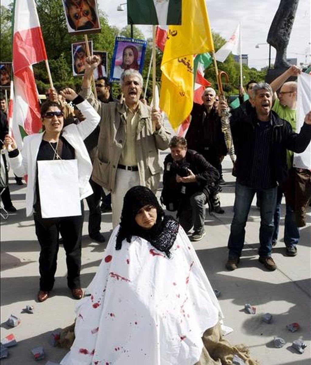 Unos manifestantes escenifican la lapidación de una mujer durante una protesta en Oslo (Noruega). EFE/Archivo