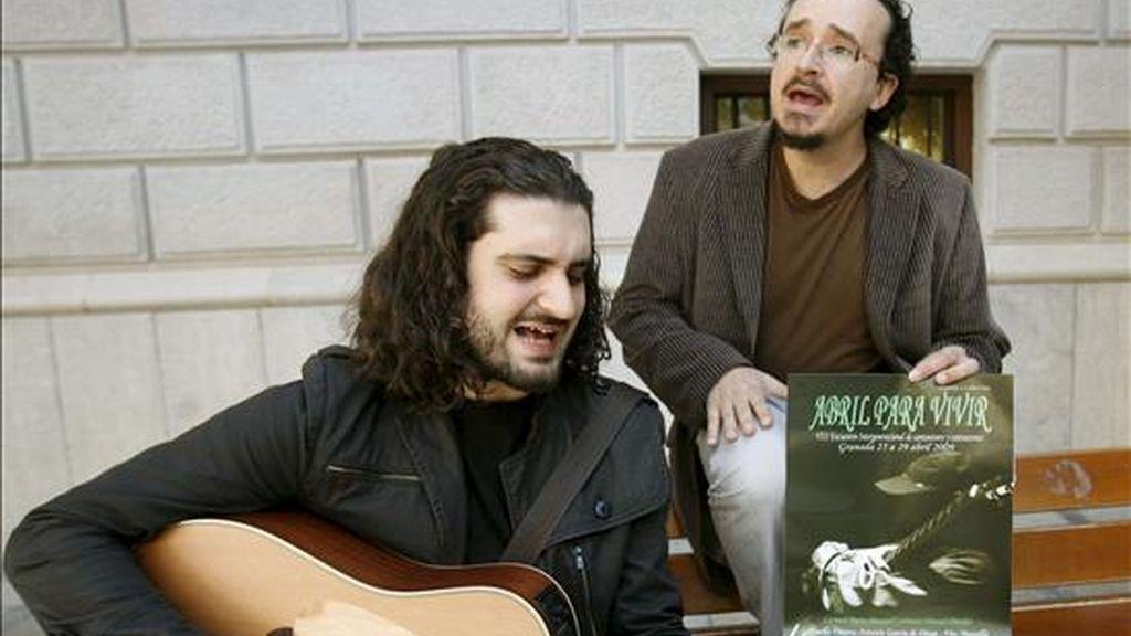 """Los cantautores Francico Fernández (i) y Juan Trueva, antes de la presentacion de la edición 2009 del Festival de cantautores """"Abril para Vivir"""", hoy en Granada. EFE"""