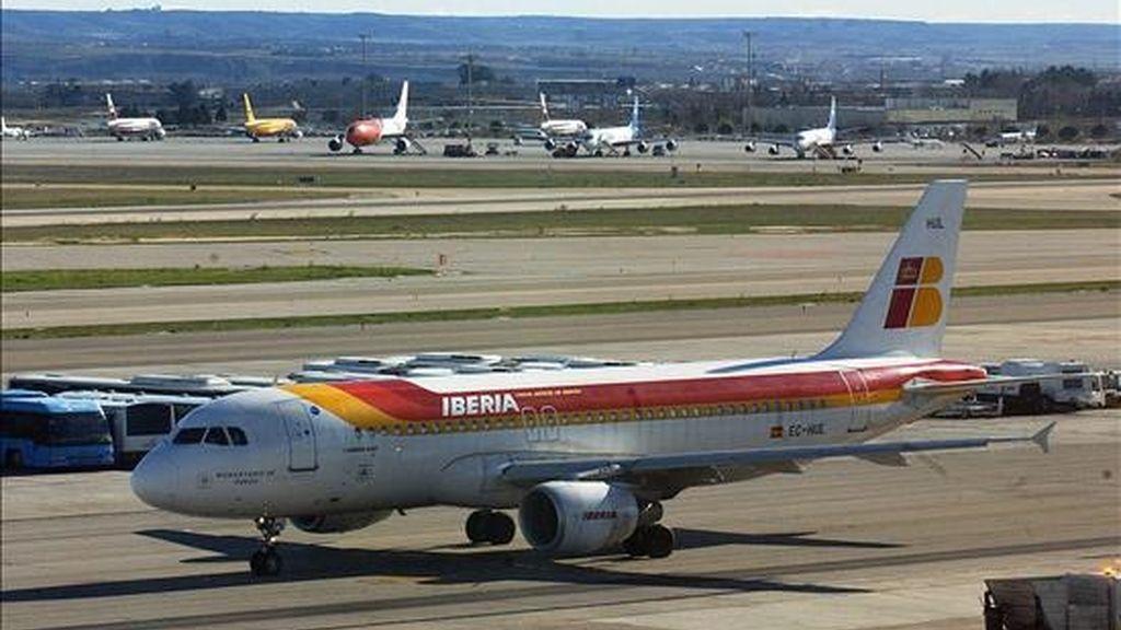 Un avión de Iberia en el aeropuerto de Barajas. EFE/Archivo