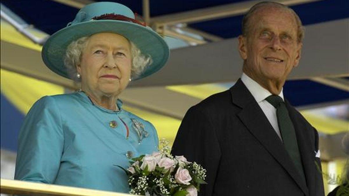 Fotografía de archivo de la reina del Reino Unido, Isabel II, y el príncipe Felipe, Duque de Edimburgo, durante su viaje a Toronto (Canadá) en julio pasado. EFE/Archivo